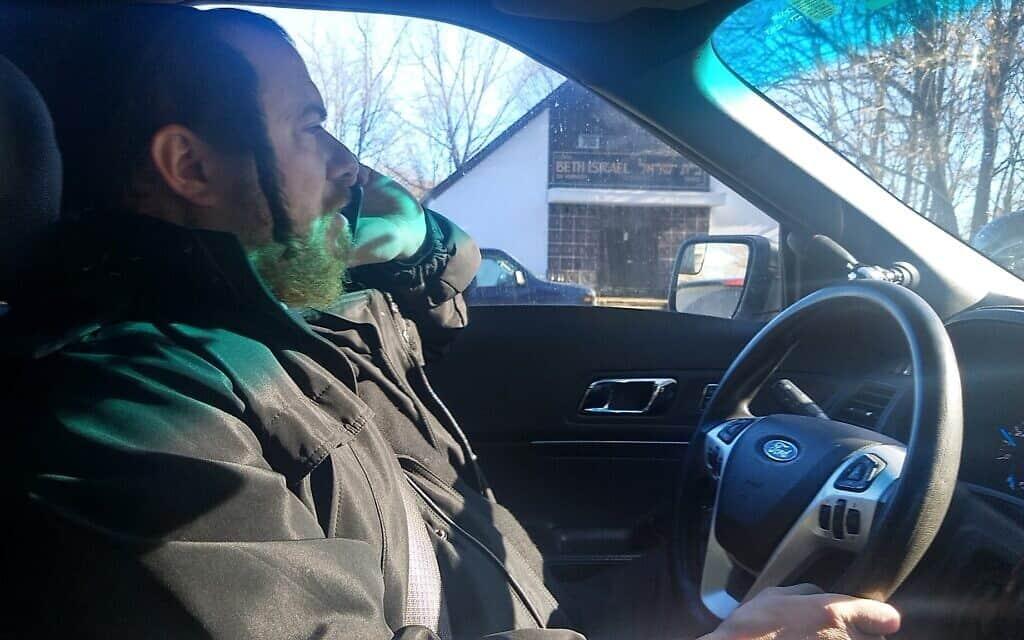 """ג'וזף מרגרטן מדבר בטלפון בזמן סיור של """"חברים"""" במונסיי, ניו יורק, 9 בינואר 2020 (צילום: בן סלס)"""
