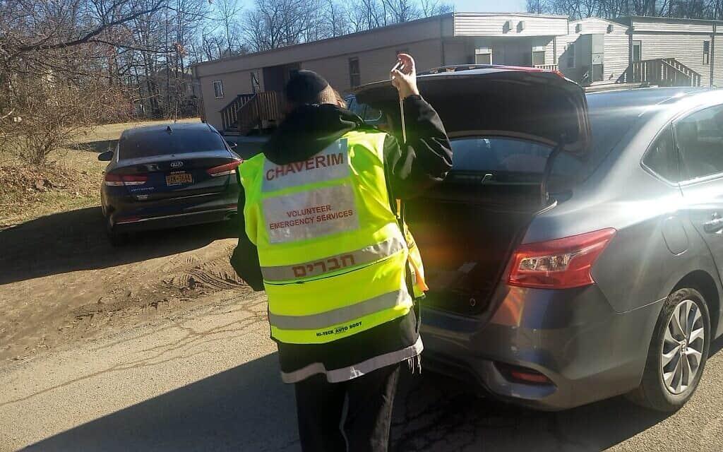 מתנדב של חברים פורץ רכב נעול, 9 בינואר 2020 (צילום: בן סלס)