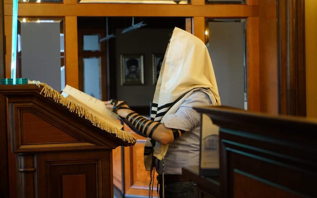 אלכסנדר וטשטין מתפלל בבית הכנסת של יורמלה שבלטביה, 30 באוקטובר 2019 (צילום: כנען ליפשיץ)