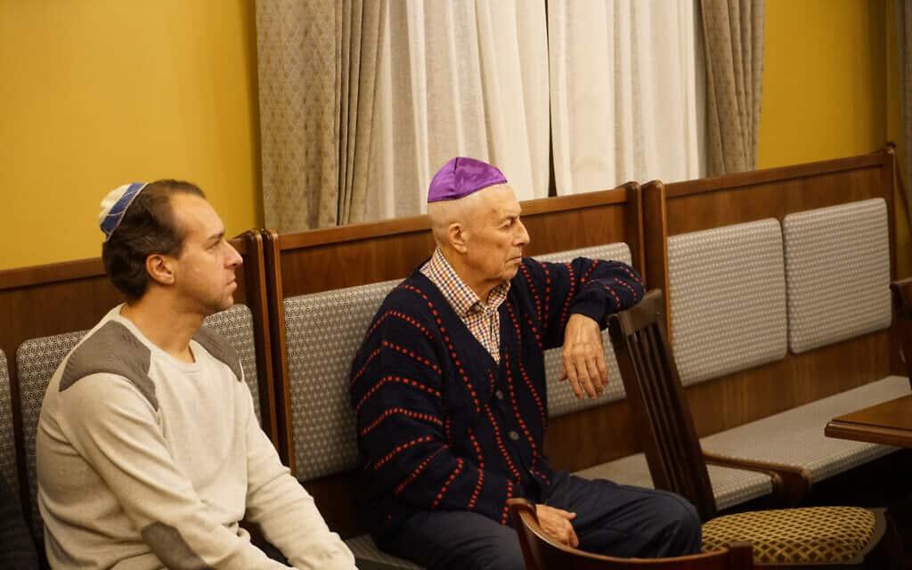 מארק וולפסון, משמאל, ולב אוסטרובסקי משתתפים בשיעור יהדות בבית הכנסת של יורמלה בלטביה, 29 באוקטובר 2019 (צילום: כנען ליפשיץ)