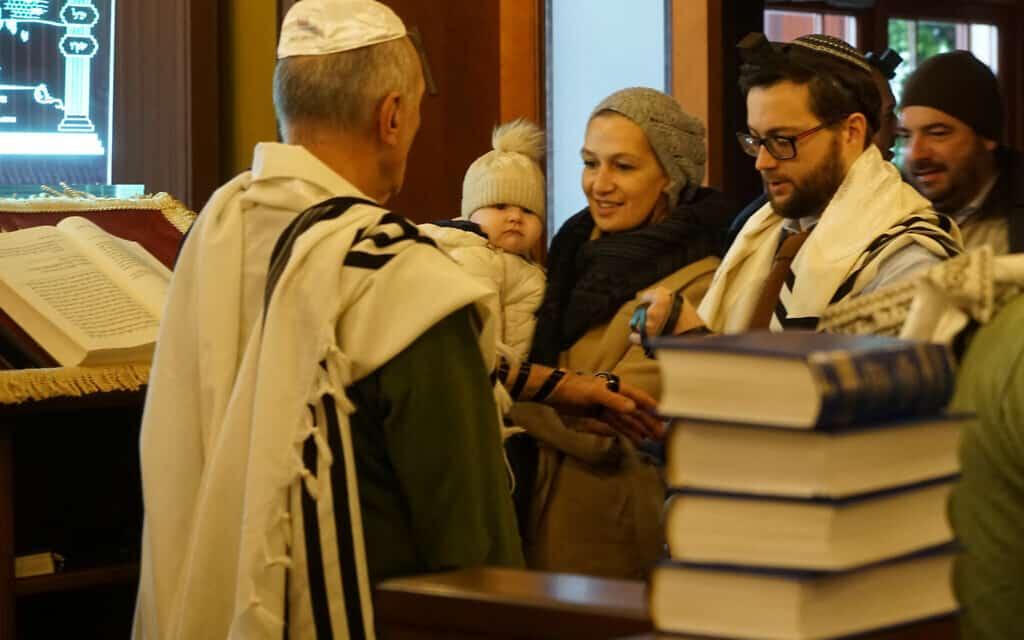 הרב שמעון קוטנובסקי-ליאק, מתפלל עם חברי הקהילה בבית הכנסת שלו ביורמלה שבלטביה, ב-30 באוקטובר 2019 (צילום: כנען ליפשיץ)