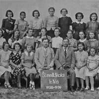 תמונת המחזור של בית הספר הציבורי בו למדה אדית פרידמן בהומנא, סלובקיה. אדית היא השניה מימין בשורה העליונה. רק שלוש מתשע הילדות היהודיות בכיתה שרדו (צילום: באדיבות הת'ר דיון מקאדם)