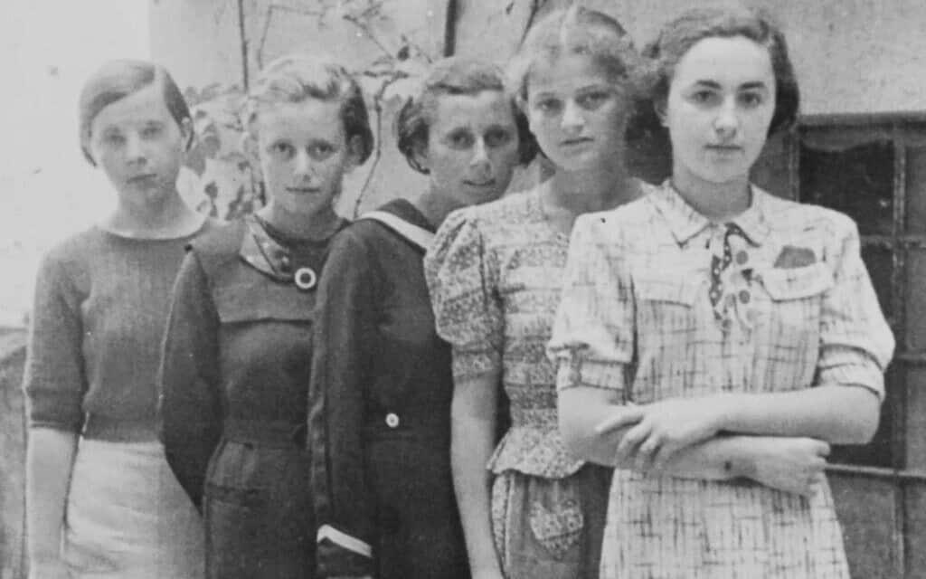משמאל: נערה לא מזוהה, אנה הרשוביצובה, נערה נוספת לא מזוהה, לאה פרידמן, ודבורה גרוס (אחותה של דבורה). 1936 (משוער) (צילום: באדיבות הת'ר דיון מקאדם)