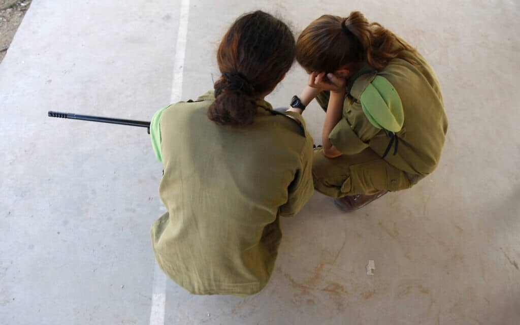 חיילות ישראליות, ארכיון, למצולמות אין קשר לנאמר בידיעה (צילום: AP Photo/Ariel Schalit)