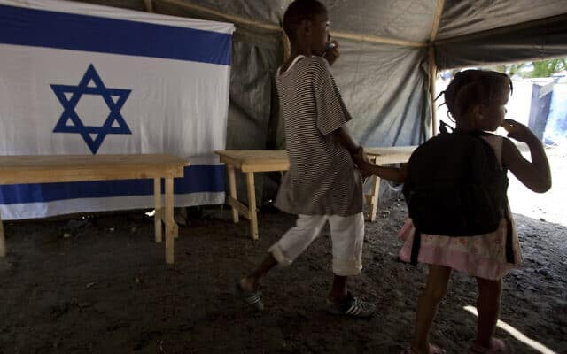 ילדים במחסה שהקימה ישראל אחרי רעידת האדמה בהאיטי, 2010 (צילום: AP Photo/Brennan Linsley)