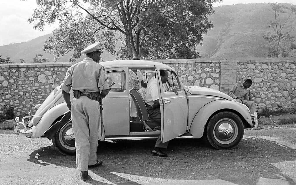 כוחות הביטחון של האיטי עורכים חיפוש ברכב של מקומיים, 1963 (צילום: AP Photo/Eddie Adam)