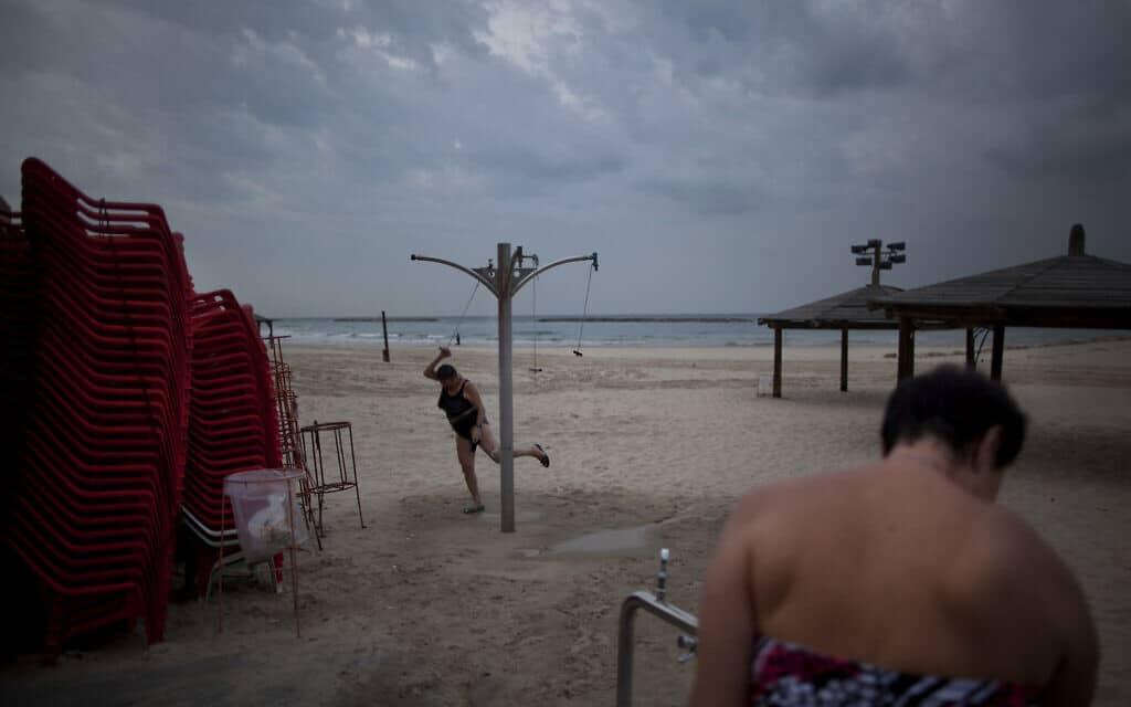 חוף הים של תל אביב בחורף, ארכיון (צילום: AP Photo/Oded Balilty)