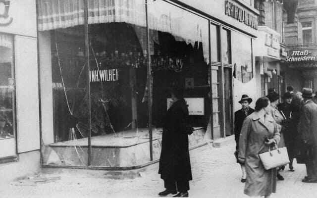אדם מביט על ההרס בחנות יהודית ב-10 בנובמבר, 1938, לאחר ליל הבדולח (צילום: AP)