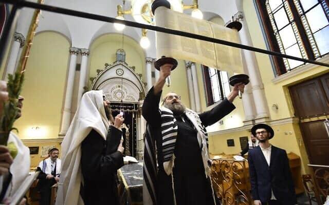 חוגגים את סוכות בבית כנסת בהונגריה, ספטמבר 2018 (צילום: Zsolt Demecs/MTI via AP)