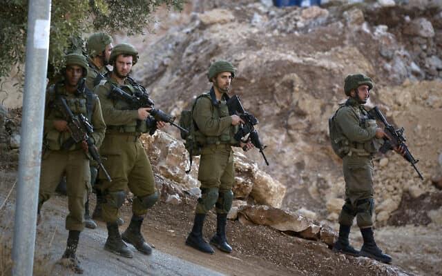 חיילים ישראלים מסיירים ליד רמאללה, ארכיון (צילום: AP Photo/Majdi Mohammed)