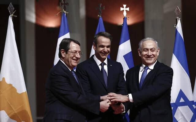 מנהיגי יוון, ישראל וקפריסין נפגשו באתונה כדי לחתום על עסקה שמטרתה לבנות צינור תת-ימי איסטמד, 2 בינואר 2020 (צילום: AP Photo)