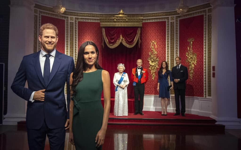 מוזיאון השעווה מאדאם טוסו הזיז את בובות מייגן והארי משאר משפחת המלוכה והודיע כי ימקם אותם באזור אחר של המוזיאון (צילום: Victoria Jones/PA via AP)