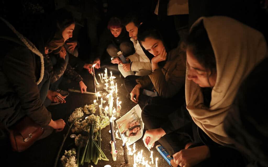 מתאבלים נאספים בפתחה של אוניברסיטת אמרי קאביר בטהרן, אשר מספר סטודנטים שלה נהרגו בהפלת המטוס האוקראיני ב-8 בינואר 2020 (צילום: AP Photo/Ebrahim Noroozi)