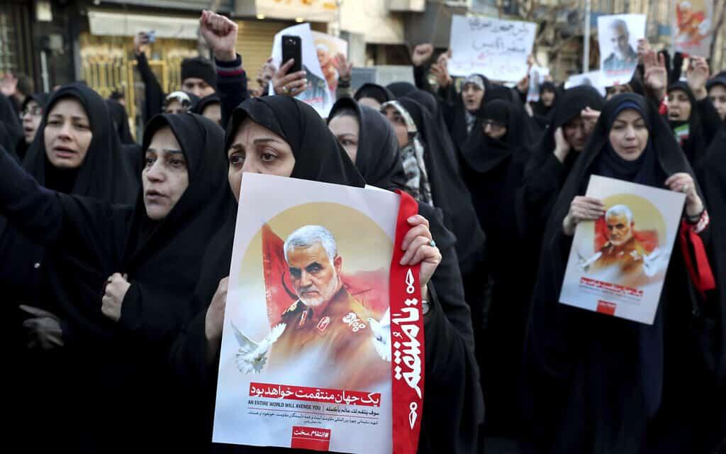 הפגנה נגד חיסול סולימאני מול שגרירות בריטניה באיראן (צילום: AP Photo/Ebrahim Noroozi)