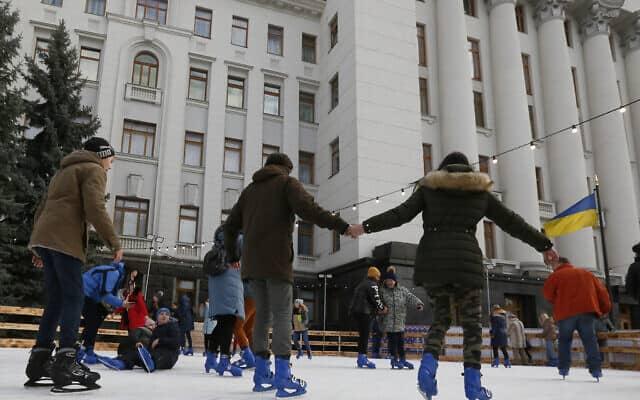 ילדים מחליקים ליד לשכת נשיא אוקראינה (צילום: AP Photo/Efrem Lukatsky)