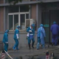 אנשי צוות בבית חולים בווהאן שבסין, 22 בינואר 2020 (צילום: Dake Kang, AP)