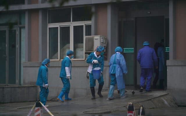 אנשי צוות בבית חולים בווהאן שבסין (צילום: Dake Kang, AP)