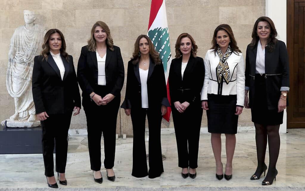 שש השרות בממשלת לבנון החדשה, שרת הביטחון זיינה עכאר שלישית משמאל (צילום: Dalati Nohra/Lebanese Government via AP)