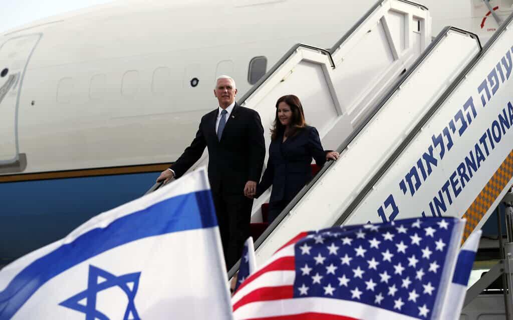 סגן נשיא ארצות הברית מייק פנס ואשתו קארן בנמל התעופה בן-גוריון, היום (צילום: Ammar Awad/Pool Photo via AP)