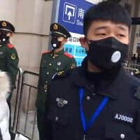 שוטרים סינים בעקבות הווירוס המסתורי (צילום: AP)