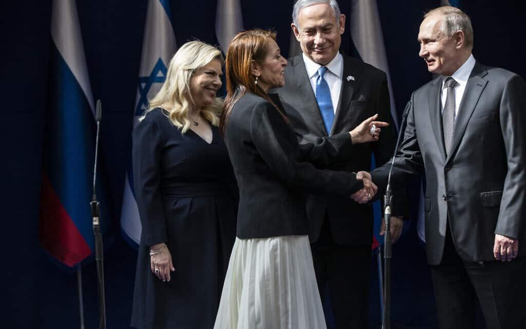 נשיא רוסיה פוטין לוחץ את ידה של יפה יששכר; לידם – ראש הממשלה נתניהו ורעייתו שרה, היום (צילום: Heidi Levine, Pool via AP)