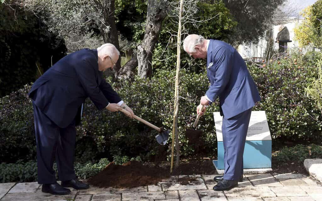 הנסיך הבריטי צ'ארלס (מימין) והנשיא ריבלין נוטעים עץ בבית הנשיא, היום (צילום: Debbie Hill, Pool via AP)