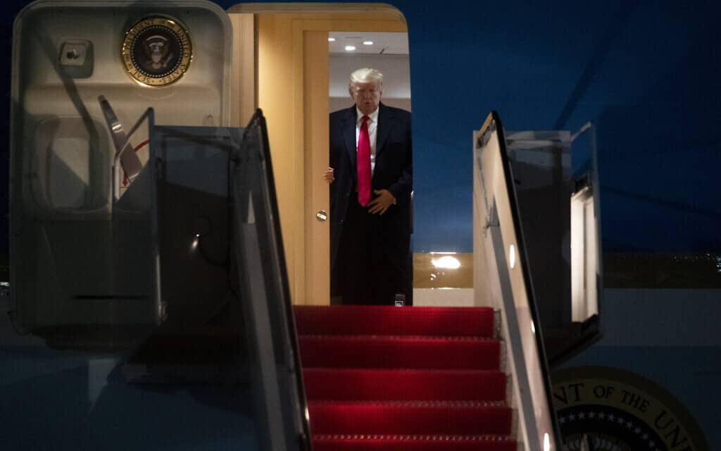 נשיא ארצות הברית טראמפ יוצא ממטוס האייר פורס 1, לפני מספר שעות (צילום: Kevin Wolf, AP)
