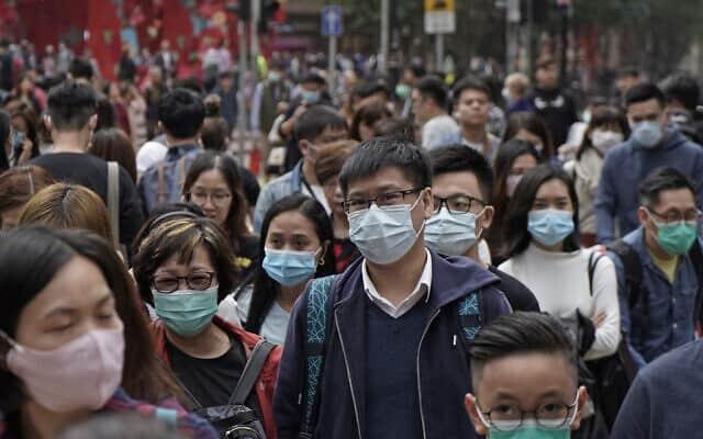 אנשים לובשים מסכות ברחוב בהונג קונג, בעקבות התפרצות מגיפת הסארס (צילום: AP Photo/Kin Cheung)