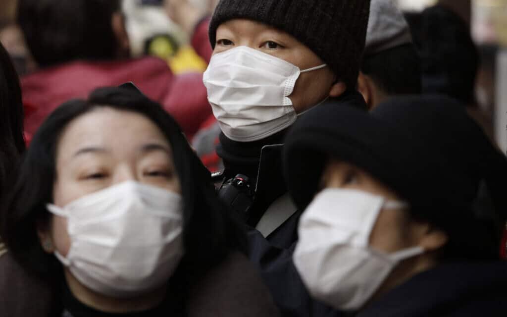 תושבי יפן מודאגים ומתגוננים מווירוס הקורונה (צילום: AP)
