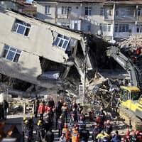 מאמצי הצלה בעיר אלזיג בטורקיה, אחרי רעידת האדמה ב-24 בינואר 2020 (צילום: IHA via AP)