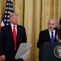 בנימין נתניהו ודונלד טראמפ בבית הלבן, מודיעים על תוכנית ארה״ב להסכם שלום בין ישראל והפלסטינים. 28 בינואר 2020 (צילום: AP Photo/Alex Brandon)