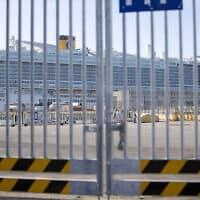 אוניית התענוגות קוסטה סמרלדה עוגנת בנמל סיביטבצ'יה שליד רומא, איטליה. השלטונות האיטלקים מונעים מ-7,000 הנוסעים לעלות ליבשה מחשש ששניים מהם נדבקו בווירוס הקורונה שהתפרץ בסין (צילום: AP Photo/Andrew Medichini)