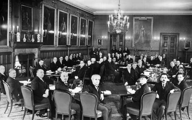 ראש ממשלת ישראל לעתיד דוד בן גוריון, במרכז, והנשיא לעתיד חיים ויצמן, יושב משמאלו, עם נציגים יהודים בועידת לונדון, ארמון סט. ג'יימס, פברואר 1939 (צילום: נחלת הציבור)