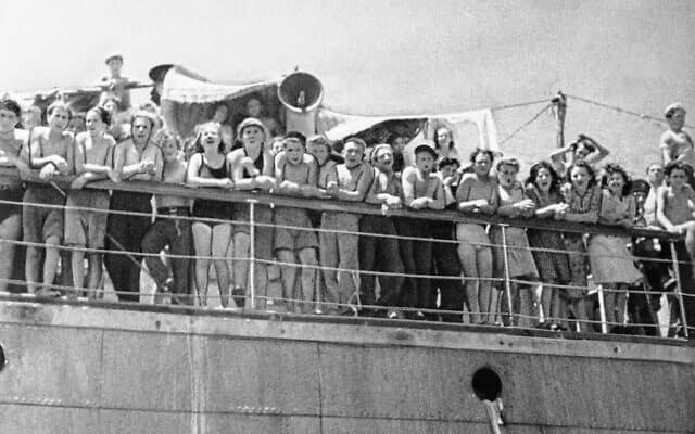 מספר ימים לאחר שהתקווה שלהם להיכנס לפלשתינה התנפצה בעקבות הוראה של הבריטים לגרשם לקפריסין, מהגרים יהודיים בלתי חוקיים עומדים מאחורי המעקב של אונייה בנמל חיפה ב-8 באוגוסט 1946