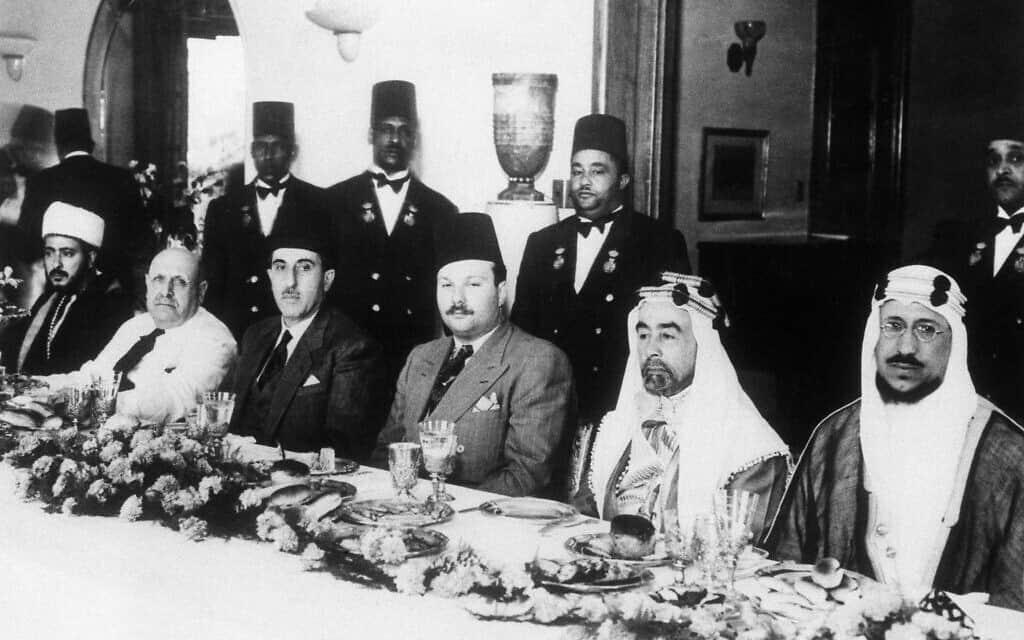 אילוסטרציה: נציגי שבע מדינות ערביות, ביניהם מלכים, נשיאים ונסיכים נפגשו בקהיר, מצרים ב-29 במאי, 1946, בהזמנת המלך פארוק, על מנת לארגן חזית מאוחדת נגד הגירה יהודית לפלשתינה. בארוחה בארמון המלך, משמאל לימין: סיף אל אסלאם מתימן, שייח בשארה אל ח'ורי, נשיא לבנון, הנשיא שוכרי אל קוותלי מסוריה, המלך פארוק ממצרים, מלך עבדאללה מאמירות עבר הירדן, והאמיר סעוד, יורש העצר של ערב הסעודית (צילום: AP)