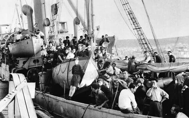 גברים, נשים וילדים על הסיפון העליון, יחד עם בקר ועופות, על גבי הסירה המאוישת על ידי יוונים, פנמה, כשהם נלקחים למעצר בנמל יפו, 17 ביולי, 1947, על ידי שולת המוקשים הבריטית סאטון (צילום: AP)