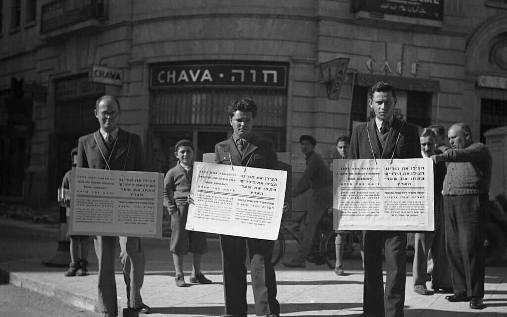 'הצילו את הורינו, הצילו את הילדים', כך נכתב על השלטים שנשאו האנשים ברחובות ירושלים ב-16 בינואר, 1939, בהפגנה נגד מגבלות ההגירה המחמירות (צילום: AP)