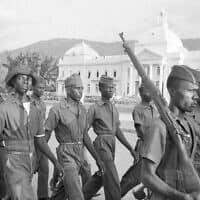 חיילי הדיקטטורה בהאיטי, 1963 (צילום: AP Photo/Eddie Adams)