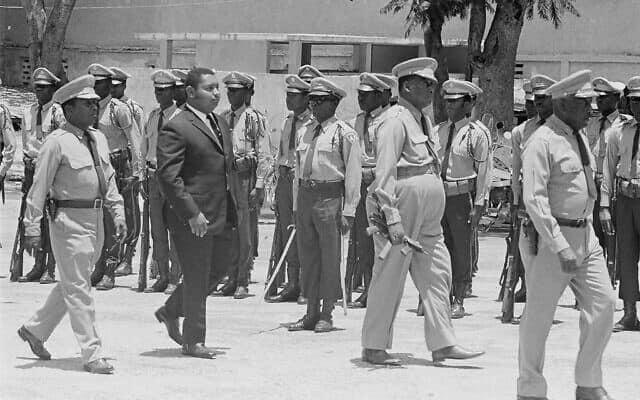 שומריו של בייבי דוק (במרכז) עם עוזי, 1971 (צילום: AP Photo)