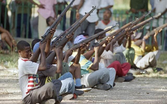 מתגייסים חדשים לצבא האיטי, 1994 (צילום: AP Photo/Rick Bowmer)