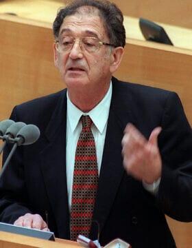 יהודה באואר, אז מנהל לימודי השואה ביד ושם, בפרלמנט של בון. ינואר 1998 (צילום: AP\ פריץ רייס)