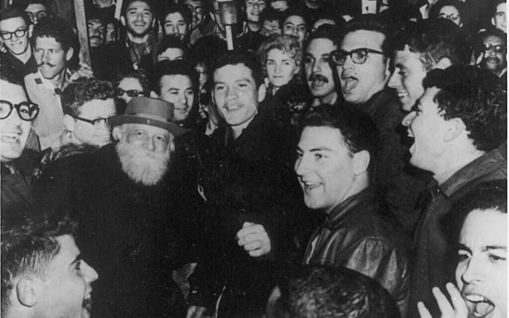 סטודנטים באוניברסיטה העברית בירושלים חוגגים את יום הולדתו ה-85 של מרטין בובר (צילום: צילום באדיבות העיזבון הספרותי של מרטין בובר)