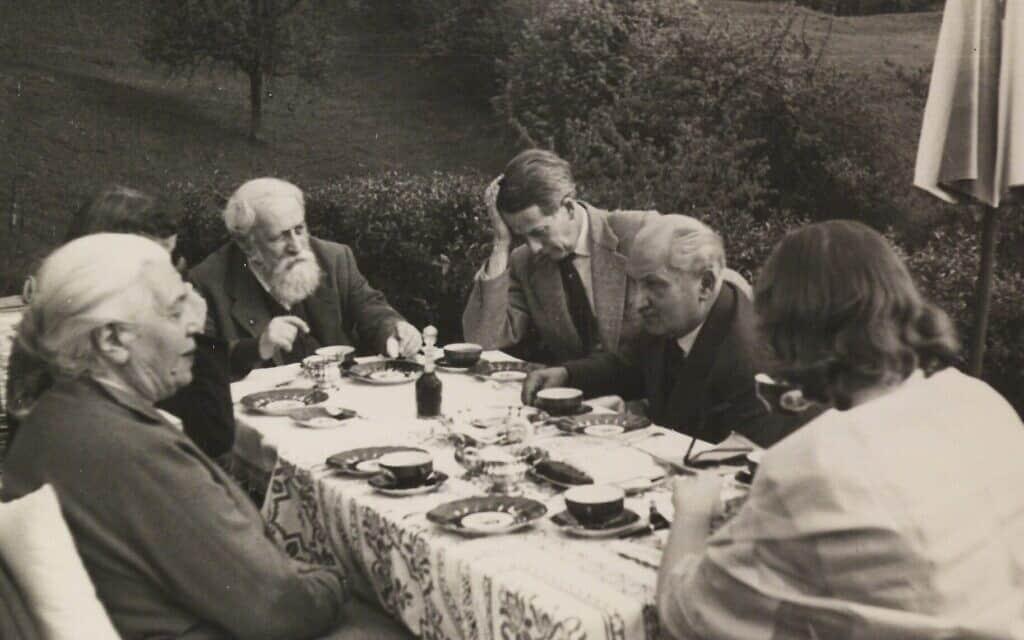 מרטין בובר בחברת מרטין היידגר (שני מימין), 1957 (צילום: באדיבות העיזבון הספרותי של בובר)