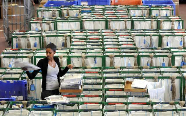 עובדת במרכז הפצת דואר בתל אביב (צילום: Yossi Zeliger/Flash 90)