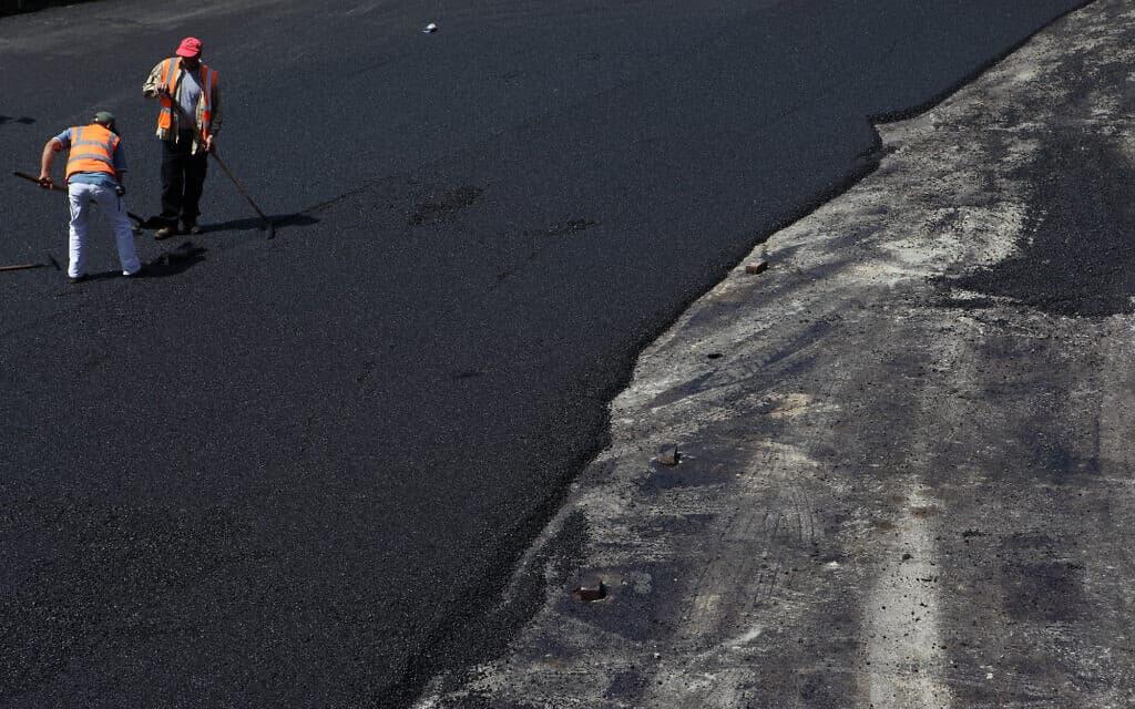 סלילת כביש (צילום: Yaakov Naumi/Flash90)