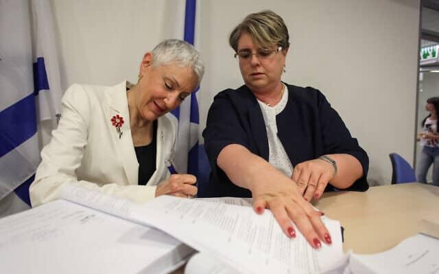 מרסי נתן, נשיאת הדסה לשעבר, חותמת על הסכם ההבראה של הדסה, במשרד הבריאות בירושלים. 2014 (צילום: FLASH90)