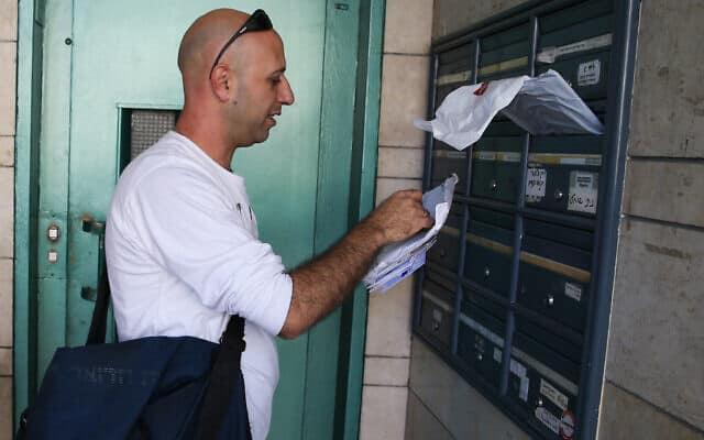 דוור מחלק דואר (צילום: Nati Shohat/Flash90)