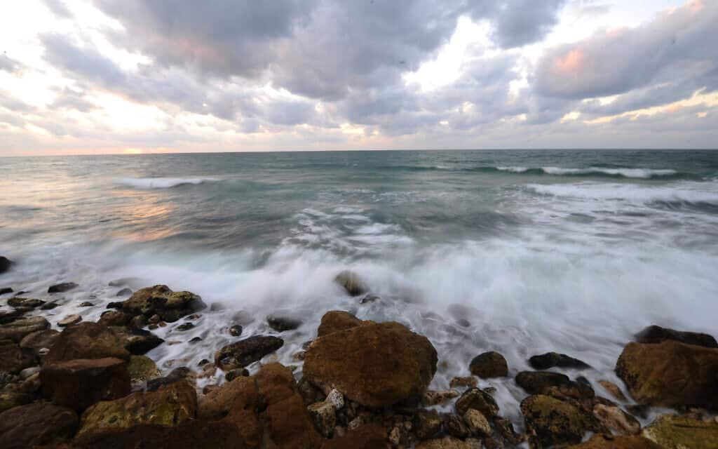 החוף של תל אביב בחורף, ארכיון (צילום: Mendy Hechtman/Flash90)