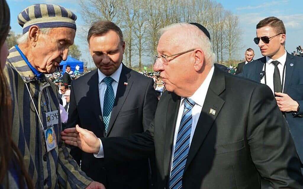 שורד השואה אדוארד מוסברג (משמאל) עם נשיא פולין אנדז'יי דודה (במרכז) ונשיא ישראל ראובן ריבלין (מימין) בטקס במצעד החיים באתר המחנה אושוויץ-בירקנאו בפולין. אפריל 2018 (צילום: יוסי זליגר\פלאש 90)
