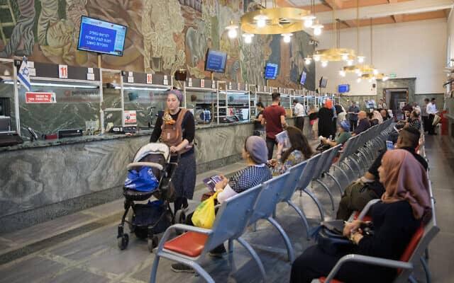 אנשים ממתינים בתור בסניף דואר בירושלים (צילום: Noam Revkin Fenton/Flash 90)